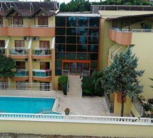 Noch mal Treppe mit Teilansicht vom Hotel zum Pool Hotel Wassermann