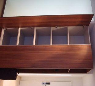 Schrank des neu renovierten Zimmers Swiss Heidi Hotel
