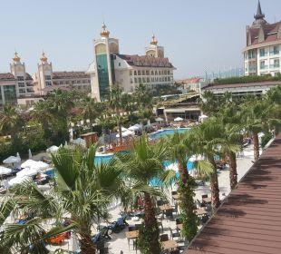 Blick vom Zimmer auf den Pool Hotel Side Crown Palace