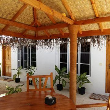 New Breeze Thoddoo Inn