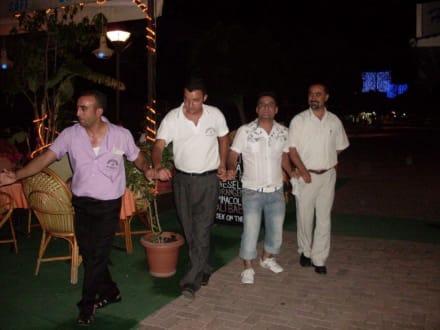 ...türkischer Tanz vor dem König Restaurant - König Restaurant