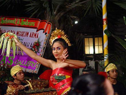 Anmutiger Legong Tanz im Arma Museum - Agung Rai Museum of Art