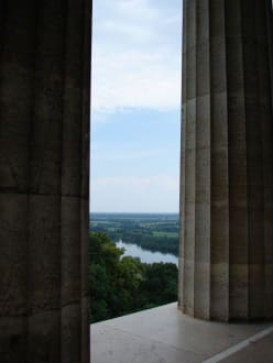 Blick durch die Säulen auf die Donau - Walhalla