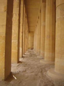 Säulengang im Hatschepsut Tempel - Tempel der Hatschepsut