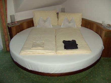 rundes bett bild hotel stroblerhof in strobl am wolfgangsee salzburger land sterreich. Black Bedroom Furniture Sets. Home Design Ideas