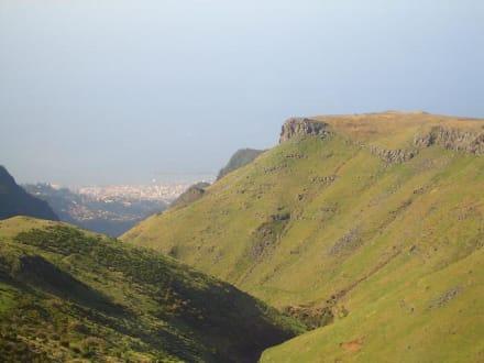 Blick auf Funchal aus 1800 Meter Höhe - Pico do Arieiro