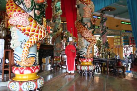Überbordende Phantasie im Cao Dai-Tempel - Cao Dai Tempel