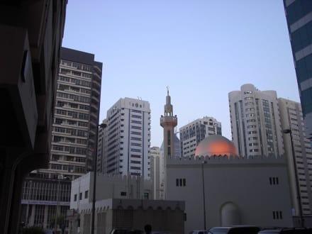 Moschee inmitten der Hotels - Skyline Abu Dhabi
