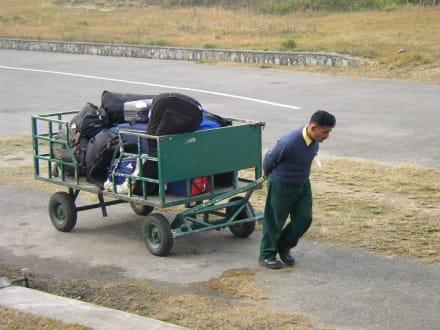 Gepäckwagen am Flughafen in Pokhara - Anreise