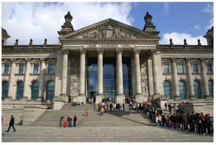 Reichstagsgebäude mit Besucherschlage - Bundestag / Reichstag
