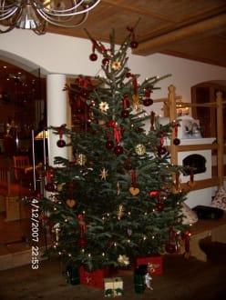 Im restaurant gsteig mit weihnachtsdeko bild hotel - Weihnachtsdeko landhaus ...