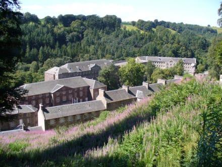 Ansicht des Dorfes vom Parkplatz - New Lanark World Heritage Site
