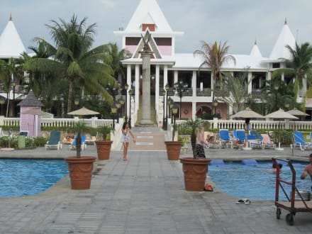 Von der Lobby zum Pool - Hotel Riu Palace Tropical Bay