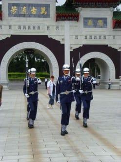 Die Wachen vor dem Märtyrerschrein - Märtyrerschrein