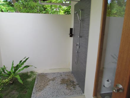 dusche im garten bild hotel kuramathi island resort in rasdhoo atoll malediven malediven. Black Bedroom Furniture Sets. Home Design Ideas
