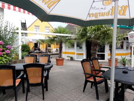 sitzpl tze auf der terrasse des restaurants bild restaurant la festa italia in cuxhaven. Black Bedroom Furniture Sets. Home Design Ideas
