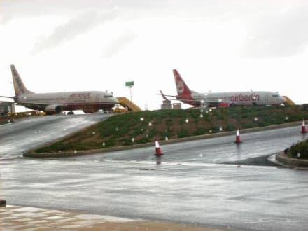 Sie warten auf uns - Flughafen Paphos (PFO)