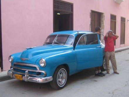 Ein Straßenkreuzer in der Altstadt - Altstadt Havanna