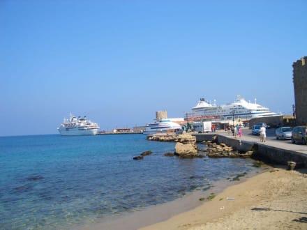 Blick auf einen Teil des Hafens - Yachthafen Mandraki