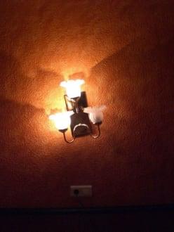 Die Lampe ist 1. schief und 2. nicht voll funktionsfähig - Hotel Marisol