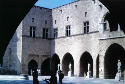 Im Innenhof des Großmeisterpalastes - Großmeisterpalast