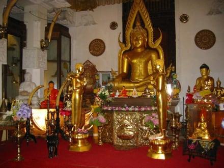 Buddhastatuen im wichtigsten Tempel - Dalada Maligawa (Zahntempel)
