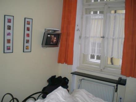 fernsehen zu kurze gardinen bild hotel am markt in. Black Bedroom Furniture Sets. Home Design Ideas