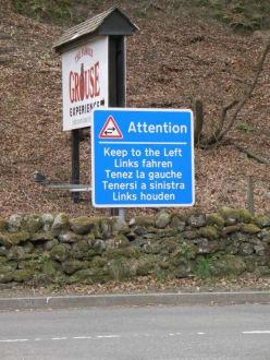 Hinweisschild an der Ausfahrt - Glenturret Whisky-Brennerei