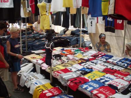 Verkaufsstand mit Klamotten auf dem Basar von Manavgat - Markt
