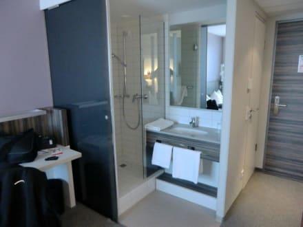 dusche und waschbecken im zimmer bild acom hotel n rnberg in n rnberg bayern deutschland. Black Bedroom Furniture Sets. Home Design Ideas