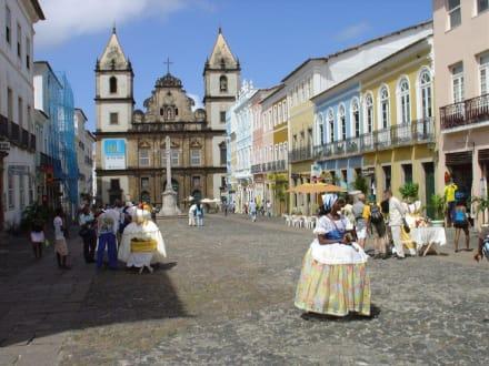 Landestypische Tracht in der Altstadt von Bahia - Kirche São Francisco