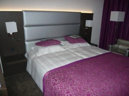 gro es und hohes bett bild hotel van der valk hotel. Black Bedroom Furniture Sets. Home Design Ideas