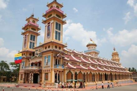 Farbenfrohe Kirche der Cao Dai - Cao Dai Tempel