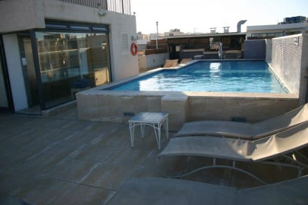 pool auf dem dach bild hotel juliani in st julian 39 s malta malta. Black Bedroom Furniture Sets. Home Design Ideas