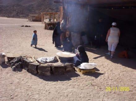 Brot backen auf offenem Feuer - Jeep Safari Hurghada