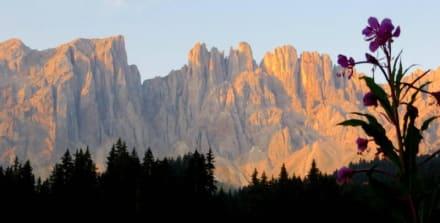 Sonnenaufgang: Blick vom Karersee  auf den Latemar - Karersee