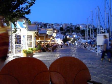 Am Abend an der Hafenpromenade - Hafen Pythagorion