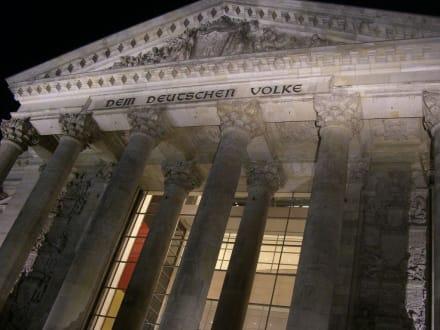 Die Fassade des Bundestages bei Nacht - Bundestag / Reichstag
