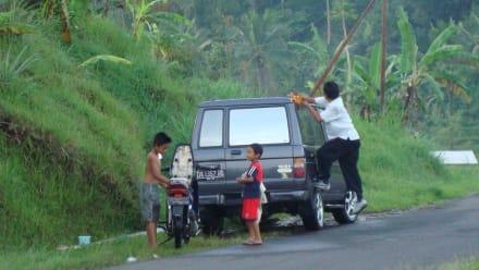 Made Oka bei der Autowäsche unterwegs - Reiseführer Made Oka