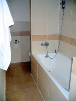 badewanne dusche ohne spritzschutz bild grand hotel. Black Bedroom Furniture Sets. Home Design Ideas