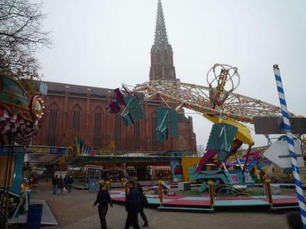 Hoch hinaus vor der Kulisse der Mariahilfkirche - Auer Dult