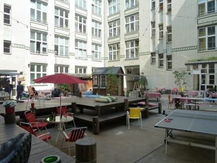 Innenhof bild michelberger hotel in berlin friedrichshain kre - Berlin michelberger hotel ...