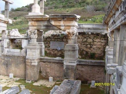 Beim Trjan Brunnen! - Antikes Ephesus