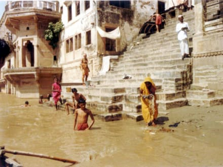 Treppe des heiligen Tempels in Varanasi (Benares) - Ghats am Ganges