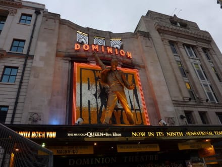 Eingang des Theaters - Musical We Will Rock You