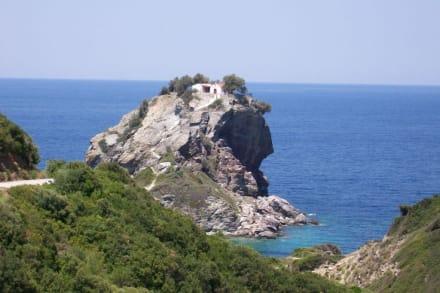 Felszahn mit der Kirche Àgios Ioánnis sto Kastrí - Kirche Àgios Ioánnis sto Kastrí (Mamma Mia! Kirche)