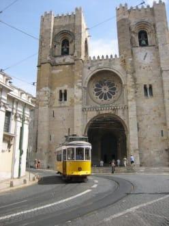 Tram 28 vor Kathedrale Sé - Altstadt Lissabon