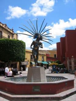 Brunnen in Queretaro mit Mexikanischer Statur - Brunnen in Queretaro