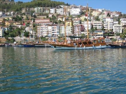 Die Altstadt vom Meer aus gesehen - Hafen Alanya