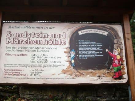 Hinweis-Schild neben dem Eingang - Sandstein- und Märchenhöhle